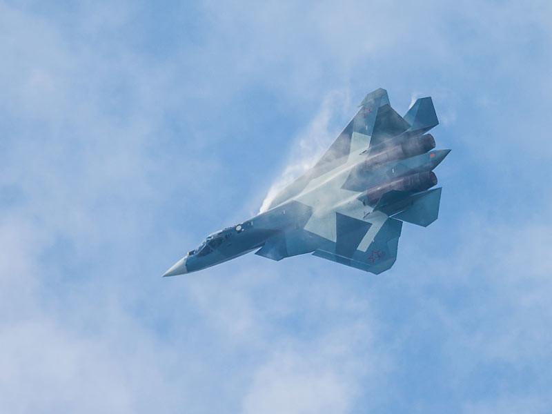 """По словам собеседника агентства, """"летчик пытался перевести самолет в горизонтальный полет в ручном режиме, но его усилия результатов не дали"""". На критической высоте в 2 тысячи метров пилот принял решение катапультироваться"""