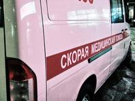 Погибла женщина, один из прибывших на место стражей порядка госпитализирован с ранением ноги. По одним данным, убитая была случайной прохожей, по другим - женой стрелка