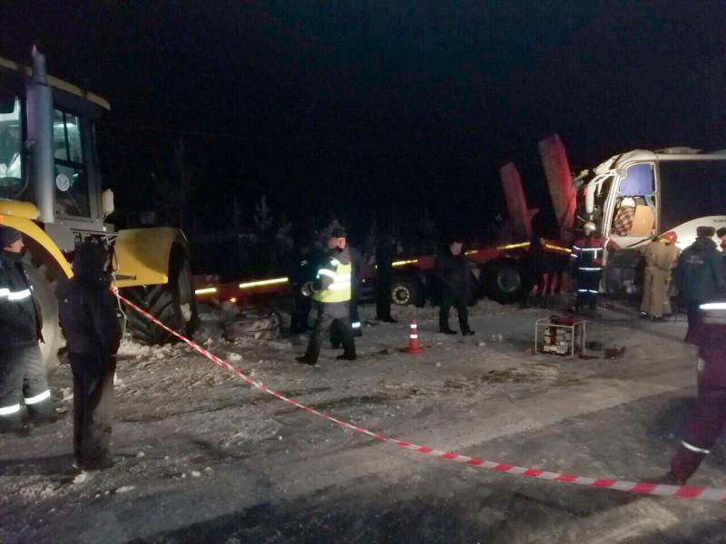 """На 17 км автодороги """"Лянтор – Нижнесортымский"""" произошло дорожно-транспортное происшествие с участием вахтового автобуса и грузового автомобиля"""