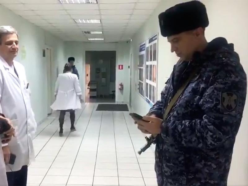 Сотрудники Росгвардии и полицейские приехали в гинекологическую больницу номер 11 (филиал N2 городской клинической онкологической больницы N1) и с автоматами в руках выстроились в коридоре медучреждения