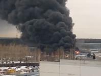 В Екатеринбурге загорелось здание Уральского завода лакокрасочных изделий, слышны взрывы. Огонь распространился на кровлю склада, площадь пожара составила 800 кв. метров. На место ЧП съезжаются пожарные машины, скорая и реанимация, однако о пострадавших не сообщается