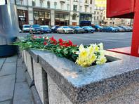 Цветы у здания ФСБ на улице Большая Лубянка, 20 декабря 2019 года