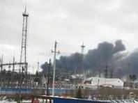 Как отмечает портал 66.ru, столб черного дыма видно из всех районов города. По неподтвержденным данным, рядом с источником пожара находится станция с газовыми баллонами. На фото и видео с места ЧП видно, как из здания склада лакокрасочных изделий валит черный дым