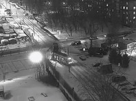ДТП произошло накануне около 20:30. По предварительным данным, водитель грузового автомобиля, пересекая перекресток, не предоставил преимущество трамваю и врезался в него