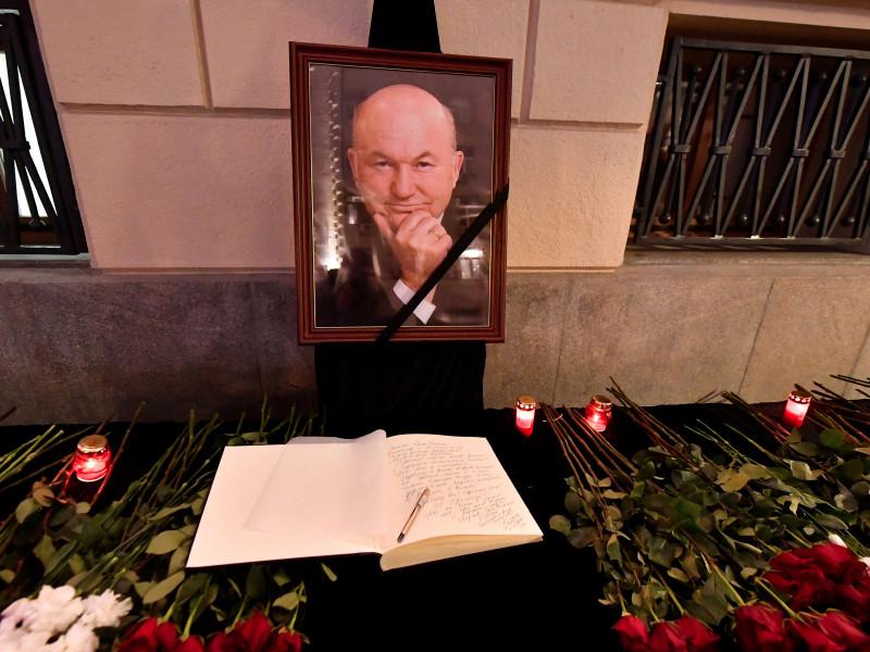 Похороны бывшего мэра Москвы Юрия Лужкова, который скончался в Мюнхене 10 декабря на 84-м году жизни, пройдут 12 декабря на Новодевичьем кладбище столицы