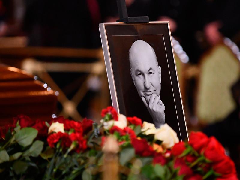Гражданская панихида по скончавшемуся на 84-м году жизни бывшему мэру Москвы Юрию Лужкову началась в храме Христа Спасителя, на месте уже собрались близкие и знакомые политика