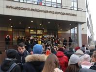В пятницу возле Кунцевского суда собралась толпа из тех, кто пришел поддержать Егора Жукова и считает обвинение сфабрикованным. Людей так много, что они не умещаются на тротуаре и вынуждены занимать проезжую часть. Полицейские пытаются оттеснить собравшихся