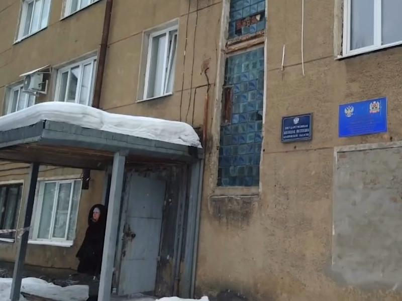 В здании мирового суда в Кузбассе произошла стрельба, в результате которой погиб судебный пристав и пострадала женщина