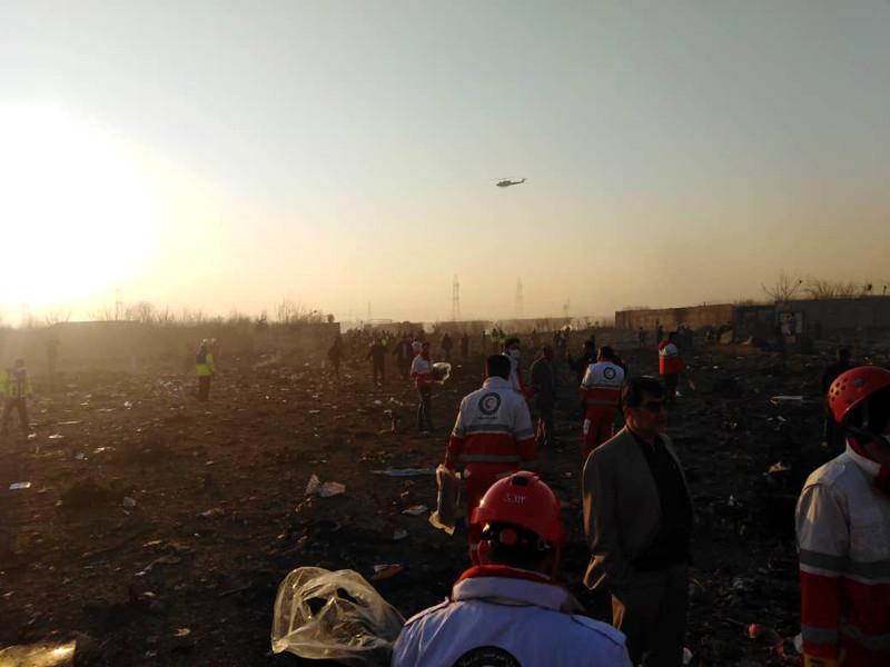 """Boeing-737 """"Международных авиалиний Украины"""" потерпел крушение вскоре после вылета из аэропорта на юге Тегерана в среду рано утром. Он направлялся в Киев. На борту потерпевшего крушение лайнера находились 177 пассажиров и членов экипажа, все они погибли"""