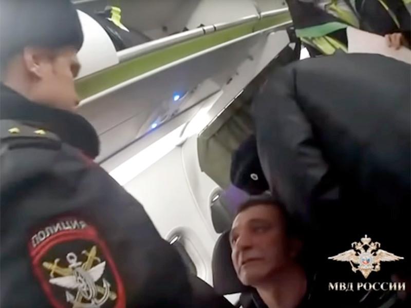 Более 800 авиапассажиров в России были привлечены к административной ответственности за нарушение общественного порядка на борту самолетов за 11 месяцев прошлого года