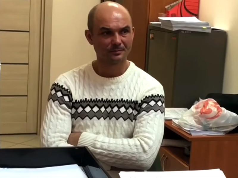Мужчина, который оставил двух своих сыновей в аэропорту Шереметьево, пришел к следователям в городе Батайске Ростовской области с повинной и сейчас дает показания