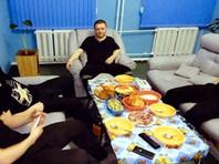 На снимках Цеповяз позирует в тюремной робе с мобильным телефоном в руках, а на столе у него - еда явно не из тюремного меню: крабы, шашлык и красная икра