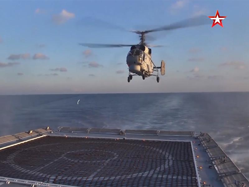 """Летчики палубной авиации Черноморского флота отработали взлет и посадку вертолетов Ка-27 на палубу фрегата """"Адмирал Григорович"""""""
