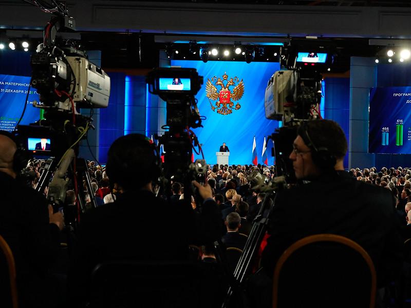 Трансляцию послания Путина на московских фасадах, вызвавшую ассоциации с Большим Братом и антиутопичным Сити-17, отменили (ФОТО)