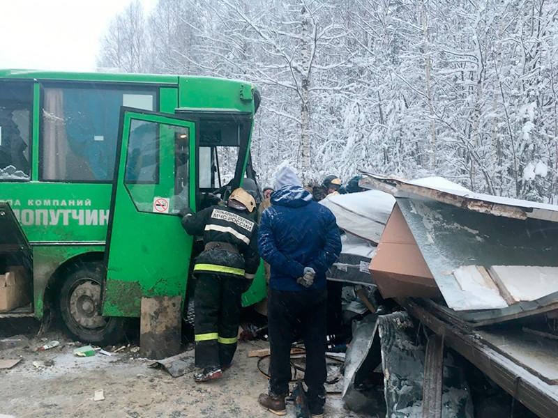В Пермском крае рейсовый автобус выехал на встречную полосу и столкнулся с грузовиком, который впоследствии столкнулся с легковым автомобилем