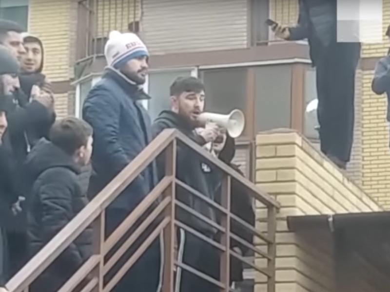Популярный блогер, известный под ником Альфредо Аудиторе 6 января устроил встречу с подписчиками в Волгограде, на которой разбросал в толпу деньги