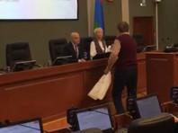 В Карелии пенсионер ФСБ вручил депутатам туалетную бумагу после повышения выплат льготникам на 21 рубль (ВИДЕО)