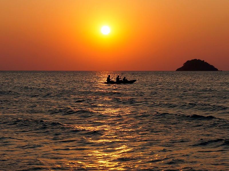 Сотрудники Пограничного управления ФСБ России по Крыму задержали в восточной части Азовского моря маломерное судно с четырьмя гражданами Украины на борту по подозрению в незаконном вылове рыбы