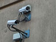 Всего в отеле установлено 27 камер наблюдения. Из них три камеры снимали избиение журналистки в холле. Еще одна, размещенная в столовой, зафиксировала преступников за несколько минут до совершенного преступления, еще шесть камер засняли их на улице. Все камеры находились в рабочем состоянии, все изображения с них автоматически поступают на удаленный сервер и хранятся в облаке