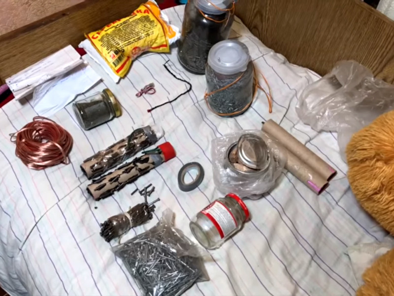 ФСБ России сообщила о задержании двух несовершеннолетних подозреваемых в подготовке терактов в образовательных учреждениях крымского города Керчи. По местам их проживания обнаружены взрывные устройства
