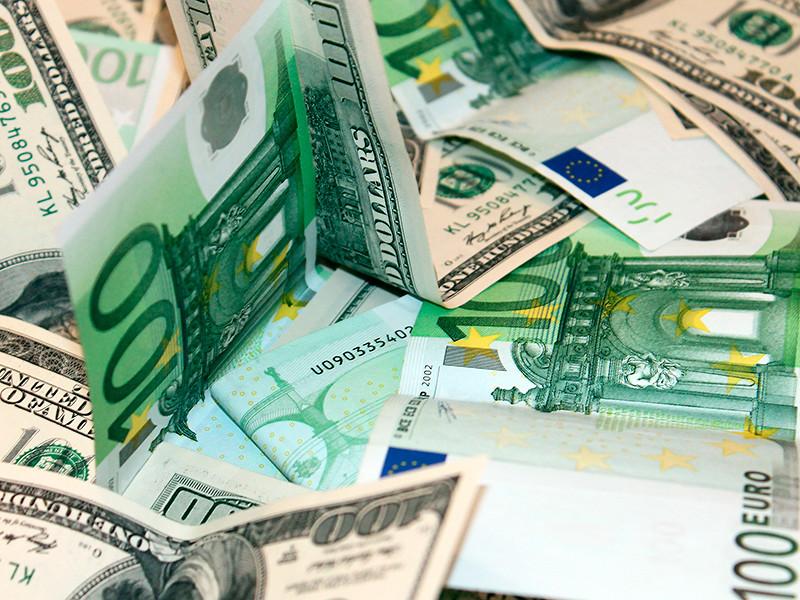 В туалете на борту самолета, летевшим рейсом из Томска в Москву, одна из пассажирок обнаружила забытый пакет, в котором оказалась крупная сумма денег: 10 тысяч долларов и 5 тысяч евро