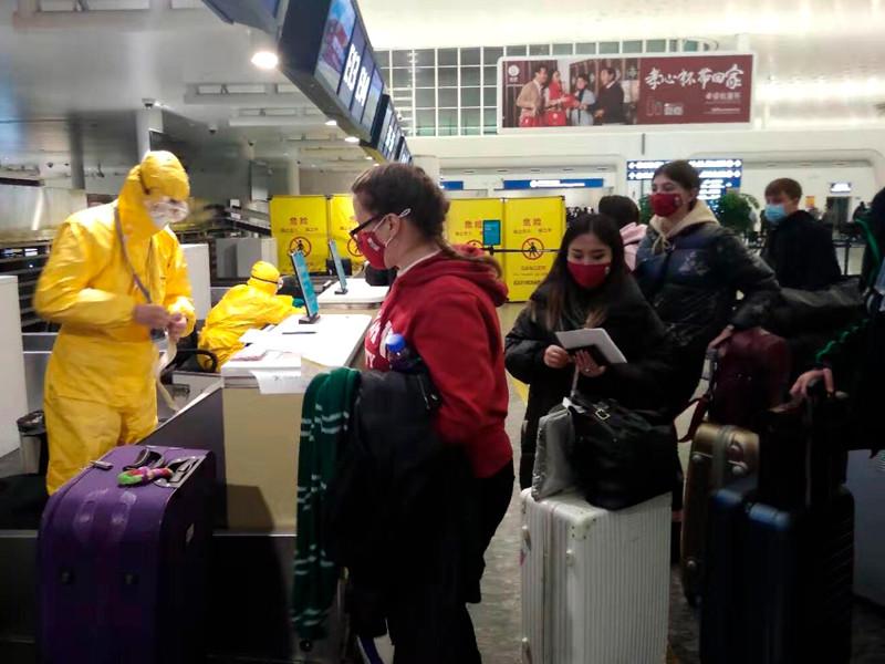 Российские граждане в аэропорту города Ухань, 4 февраля 2020 года
