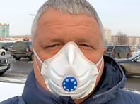 В полицию также вызвали бывшего депутата Владимира Владимирова, который устроил прогулку в респираторах. На нее пришли около 20 человек, в том числе женщины с детьми