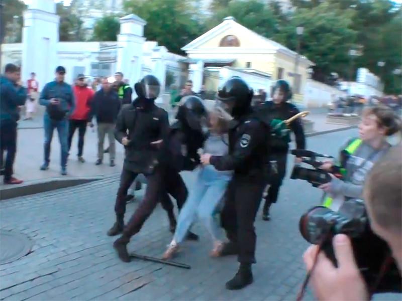 10 августа 2019 года, во время митинга за допуск независимых кандидатов в депутаты до выборов в Мосгордуму, полицейский ударил Дарью Сосновскую в живот, а затем по голове