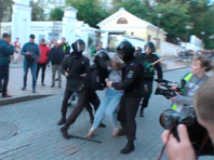 В полиции объяснили, почему девушку на митинге ударили в живот