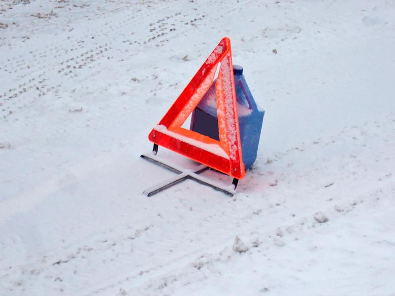 Авария произошла вечером 14 февраля у дома N82 на Малоохтинском проспекте Петербурга. 41-летний житель Кудрово, выставив знак аварийной остановки, занимался ремонтом своего автомобиля Geely Emgrand X7, когда в него въехал BMW X6