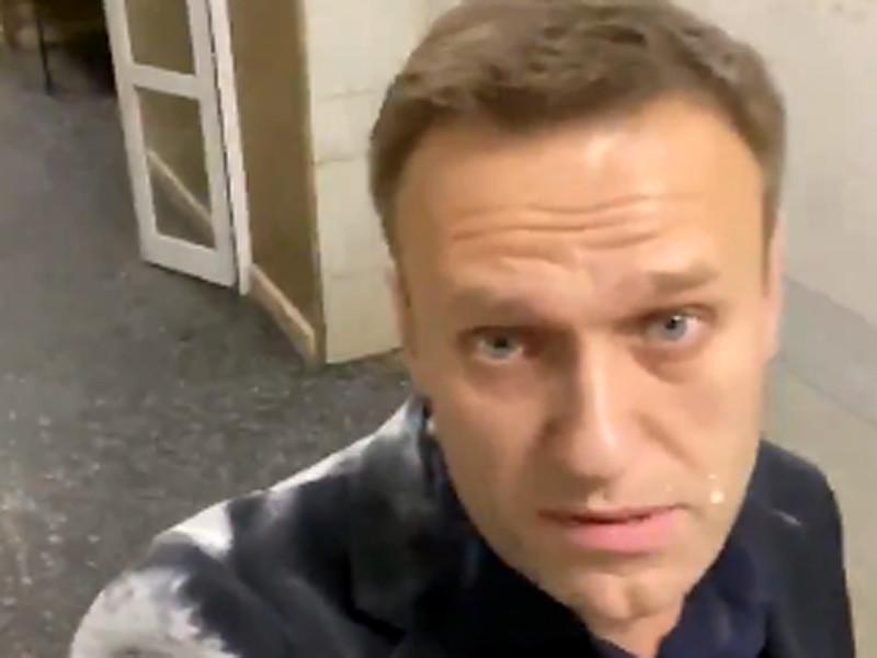 В Москве Алексея Навального обсыпали мукой и облили молоком