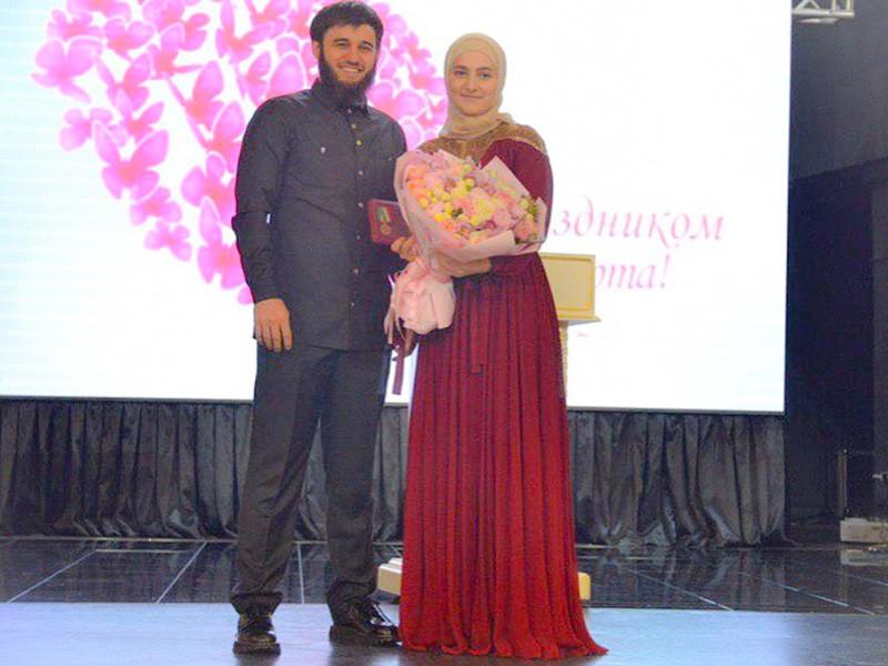 """Дочь главы Чечни Рамзана Кадырова Айшат награждена медалью """"За заслуги перед Чеченской Республикой"""", сообщается на официальном сайте главы Чечни"""