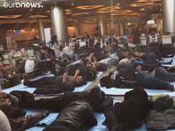 """Сотни трудовых мигрантов уже несколько дней живут в московских аэропортах, не имея возможности вылететь на родину из-за отмены рейсов в страны СНГ. По подсчетам правозащитной организации """"Тонг чахони"""", во Внуково ждут рейсов 202 гражданина Узбекистана и около 120 граждан Таджикистана"""