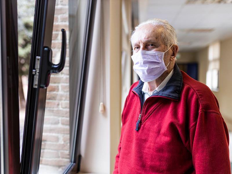 Мэр Москвы Сергей Собянин ужесточил требования к соблюдению режима повышенной готовности в связи с коронавирусом, введя новые ограничения для людей старше 65 лет и людей с хроническими заболеваниями, а также для семей с детьми