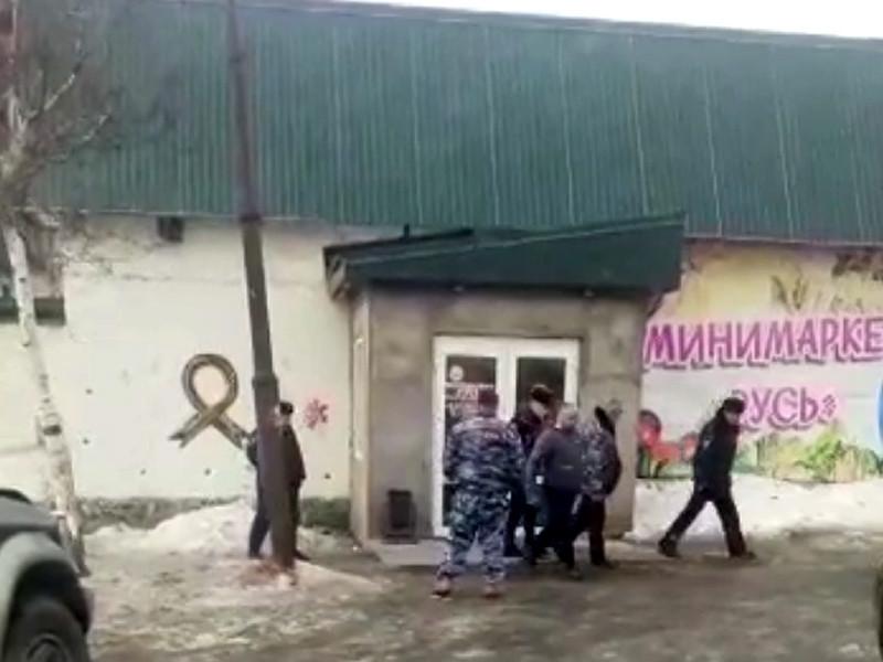 Депутата-коммуниста из города Углегорска на Сахалине Ивана Жилу задержали за кражу нескольких банок икры, шоколадок и лимона из магазина, охраняемого его компанией