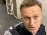 ВМоскве Алексея Навального обсыпали мукой иоблили молоком