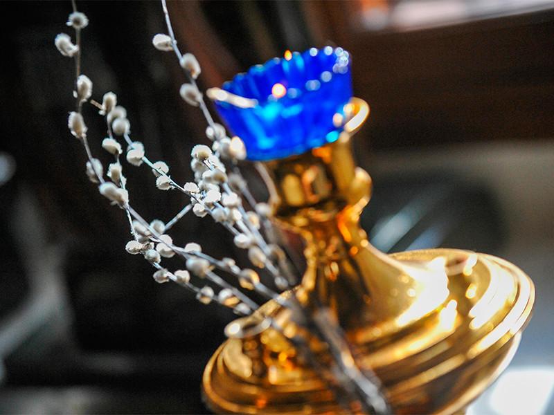 Причины для штрафов прихожан московских храмов, пришедших в Вербное воскресенье на литургию в храмы, неясны, так как предписание проводить богослужения без прихожан действительно с 13 апреля, заявили в РПЦ