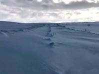 В отрезанные снегом от внешнего мира населенные пункты Мурманской области спасатели доставляют продовольствие на снегоходах (ВИДЕО)