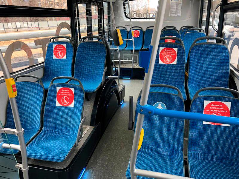 В автобусах, троллейбусах, электробусах и трамваях Мосгортранса разместили 40 тысяч предупреждающих стикеров. Пассажиров просят соблюдать дистанцию между собой 1,5-2 метра