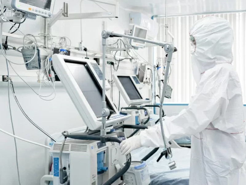 К утру 9 апреля в России стало известно о двух важных, пороговых событиях в ситуации с пандемией коронавируса