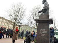 О том, что Путин приедет возлагать цветы к памятнику Анатолию Собчаку в годовщину его смерти, заранее сообщили местные СМИ