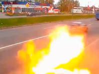 На юге Петербурга из-под тротуара вырвалось пламя