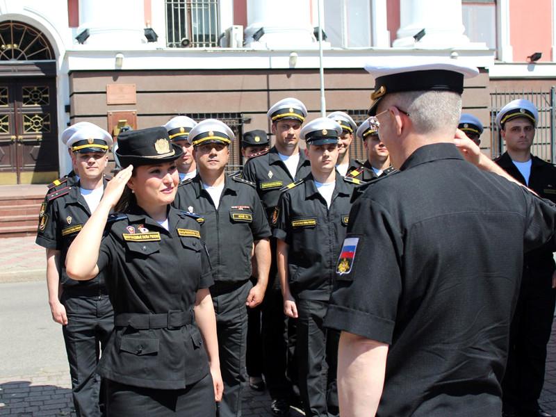 Командующий Балтийским флотом наградит участницу парада в Калининграде, которая во время церемонии потеряла туфлю, но не сбила строй