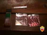 У двоих участников вечеринки сотрудники изъяли наркотик мефедрон. Служебная собака нашла еще пару свертков с запрещенным веществом в самом помещении