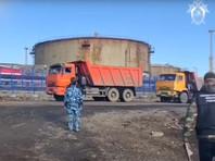 Нефтепродукты разлились от промышленной площадки до участка реки Амбарная, где установлены пояса из заградительных бонов - устройств из непромокаемого материала, позволяющих сдерживать распространение пятна нефтепродуктов по поверхности вод