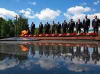 Лукашенко демонстративно отодвинулся от Путина при возложении цветов в Александровском саду (ВИДЕО)