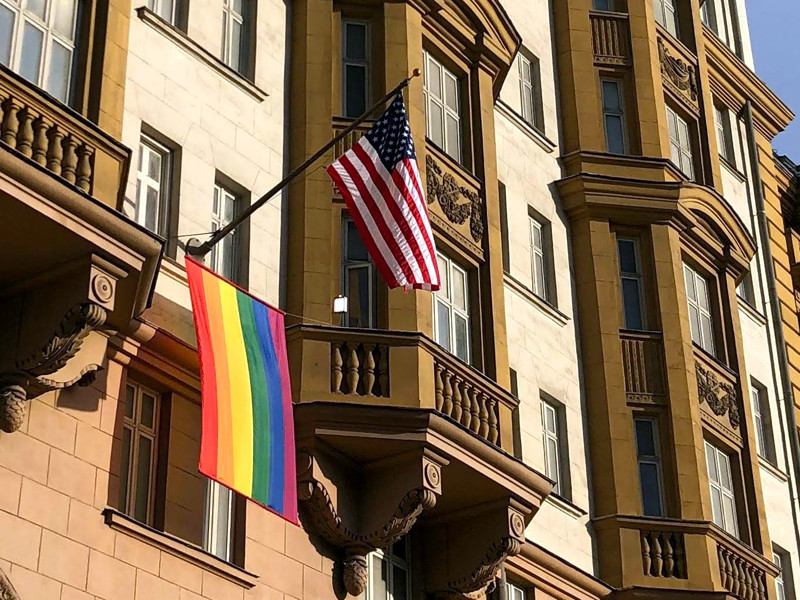 25 июня посольство США в Москве опубликовало фото, на котором видно, что на здании дипмиссии вывесили флаг ЛГБТ