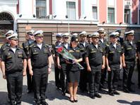 Перед строем мичманов и офицеров ей вручены памятный знак командующего, грамота и букет цветов