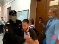 """Полицейский сломал руку корреспонденту """"Медиазоны"""" наголосовании вПетербурге"""