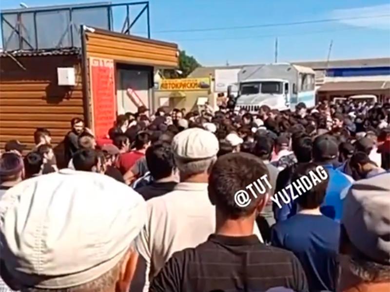 Жители дагестанского поселка Манас вышли на сход после того, как полиция задержала несколько человек из-за нарушения режима самоизоляции